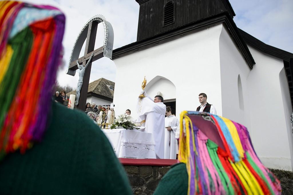 Hollókő, 2016. március 27.A húsvétvasárnapi mise résztvevői Hollókő ófalujában 2016. március 27-én.MTI Fotó: Komka Péter