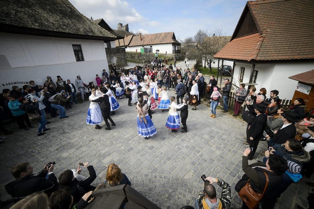 Hollókő, 2016. március 27.Néptáncosok húsvétvasárnapi előadása Hollókő ófalujában 2016. március 27-én.MTI Fotó: Komka Péter