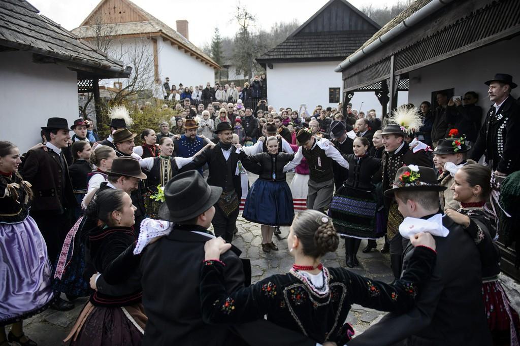 Hollókő, 2016. március 27.A Nógrád Táncegyüttes húsvétvasárnapi előadása Hollókő ófalujában 2016. március 27-én.MTI Fotó: Komka Péter