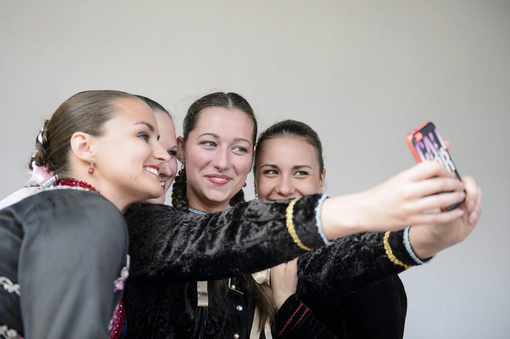 Hollókő, 2016. március 27.Népviseletbe öltözött fiatal nők közös fotót készítenek Hollókő ófalujában 2016. március 27-én.MTI Fotó: Komka Péter