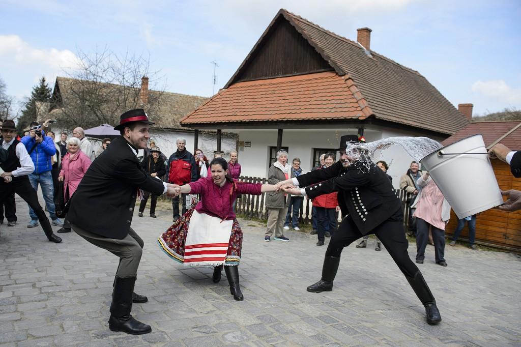 Hollókő, 2016. március 27.Népviseletbe öltözött fiatalok locsolkodnak Hollókő ófalujában 2016. március 27-én.MTI Fotó: Komka Péter