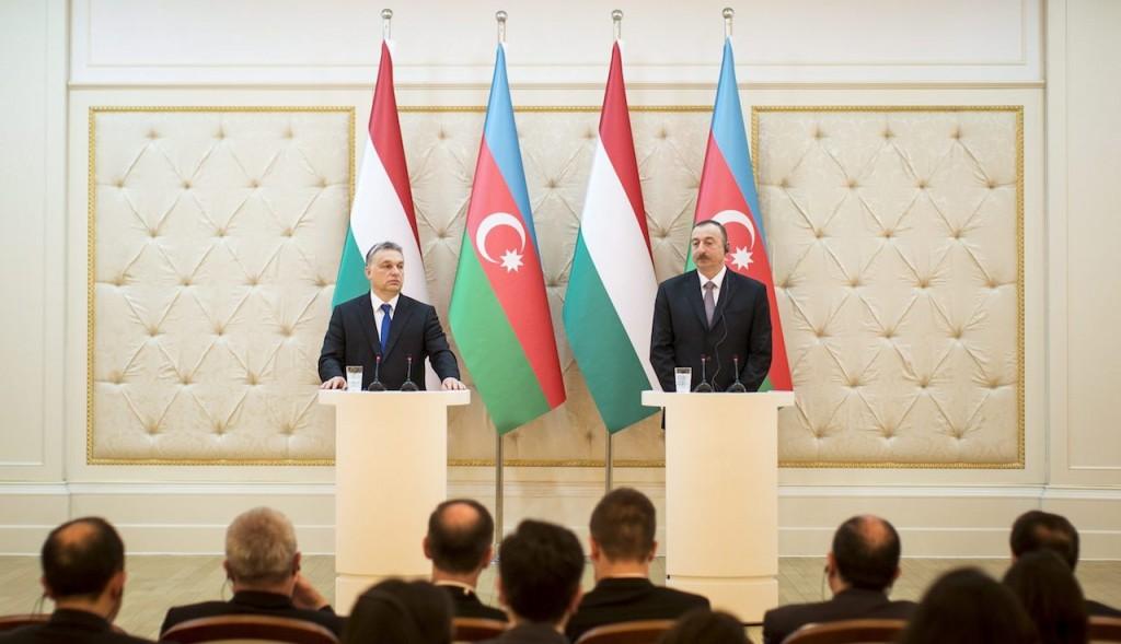 Baku, 2016. március 6. A Miniszterelnöki Sajtóiroda által közreadott képen a hivatalos látogatáson Azerbajdzsánban tartózkodó Orbán Viktor miniszterelnök (b) és Ilham Aliyev azeri elnök sajtótájékoztatója a Baku melletti elnöki palotában 2016. március 6-án.  MTI Fotó: Miniszterelnöki Sajtóiroda/Szecsődi Balázs