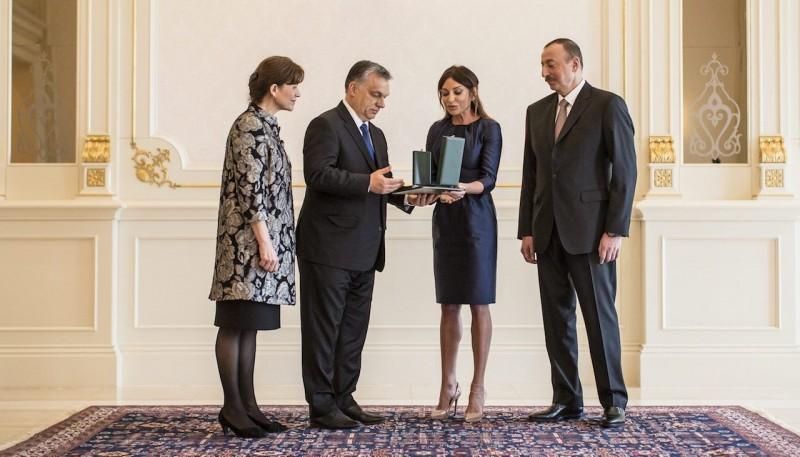 Baku, 2016. március 6. A Miniszterelnöki Sajtóiroda által közreadott képen a hivatalos látogatáson Azerbajdzsánban tartózkodó Orbán Viktor miniszterelnök felesége, Lévai Anikó (b) táraságában átadja a Magyar Érdemrend Középkeresztje a csillaggal kitüntetést Ilham Aliyev azeri elnök (j) feleségének, Mehriban Aliyeva asszonynak, a Heydar Aliyev Alapítvány elnökének a Baku melletti elnöki palotában 2016. március 6-án.  MTI Fotó: Miniszterelnöki Sajtóiroda/Szecsődi Balázs