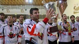 Miskolc, 2013. március 7. Peterdi Imre, a Dunaújváros játékosa ünnepel a kupával a miskolci Jégcsarnokban 2013. március 7-én, miután a csapat megszerezte ötödik bajnoki címét a jégkorong ob I-ben. A Dab.Docler a bajnoki finálé - amely egyben a MOL Liga elõdöntõje is volt - negyedik mérkõzésén hosszabbítás után 2-1-re gyõzött a Miskolci Jegesmedvék otthonában, ezzel 3-1-re megnyerte a párharcot. MTI Fotó: Vajda János