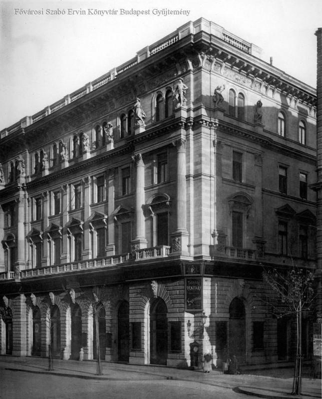 H·romemeletes eklektikus lakÛh·z. …p¸lt 1883. A fˆldszinten bankfiÛk. Harmadik emeleten szobrok diszÌtik