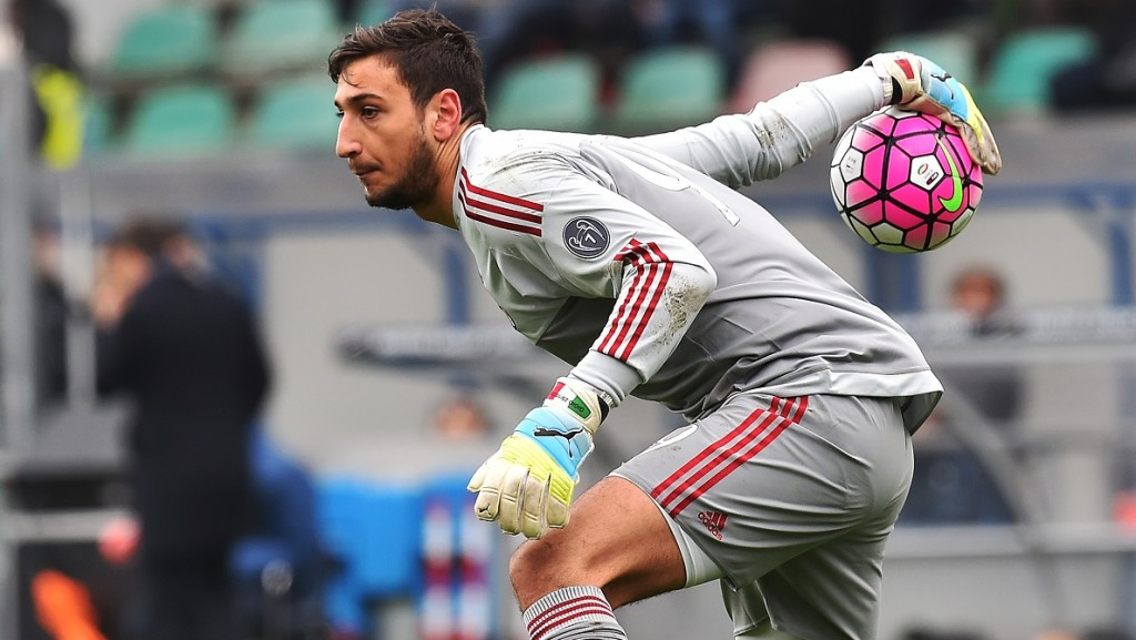 AC Milan's Italian goalkeeper Gianluigi Donnarumma holds the ball during the Serie A football match between Sassuolo and AC Milan on March 6, 2016 at the Mapei stadium in Reggio Emilia.  / AFP / VINCENZO PINTO