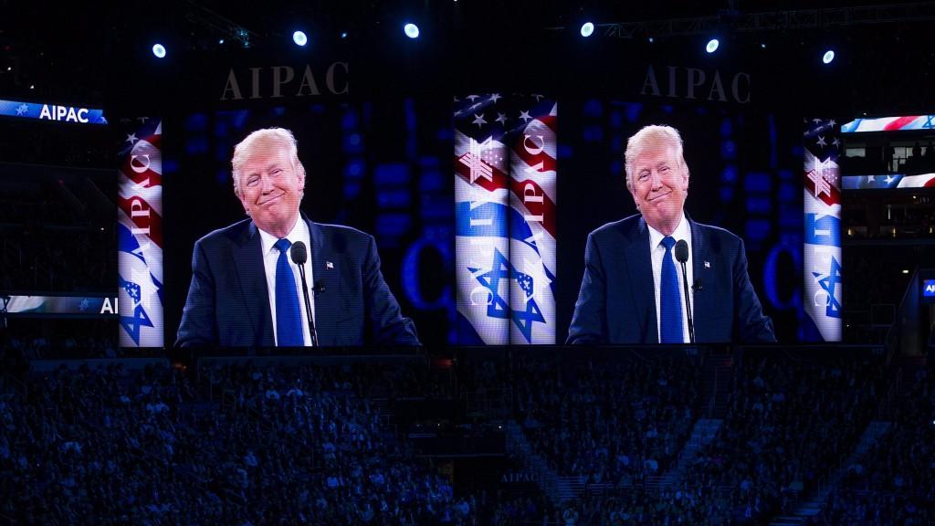 Washington, 2016. március 22. A Republikánus Párt elnökjelöltségére pályázó Donald Trump amerikai üzletember felszólal az egyik legbefolyásosabb Izrael-barát amerikai lobbiszervezet éves konferenciáján, az Amerikai-Izraeli Közpolitikai Bizottság (AIPAC) washingtoni rendezvényének második napján, 2016. március 21-én. (MTI/EPA/Shawn Thew)