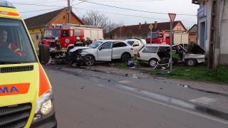 Hódmezõvásárhely, 2016. március 19. Ütközésben összetört autók Hódmezõvásárhelyen 2016. március 19-én. A Szoboszlai utcánál történt balesetben az egyik sofõr a helyszínen életét vesztette. MTI Fotó: Donka Ferenc