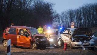 Nyírbátor, 2016. március 6. Összetört járművek a Nyírbátor és Nyírcsászári közötti főúton, ahol két személyautó ütközött össze 2016. március 6-án. A két járműben összesen hatan utaztak, közülük egy középkorú nő a helyszínen életét vesztette, hárman súlyosan, ketten pedig könnyebben megsérültek, a sérültek között van három gyerek is. MTI Fotó: Balázs Attila