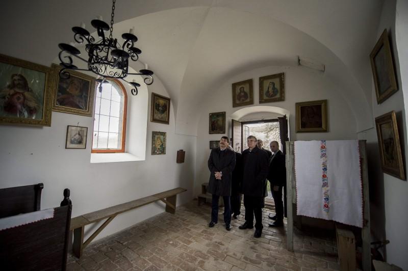 Bátaszék, 2016. március 22. Áder János köztársasági elnök (b) megtekinti a Szent Orbán-kápolnát Bátaszék közelében 2016. március 22-én. MTI Fotó: Sóki Tamás