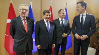 Brüsszel, 2016. március 18. Jean-Claude Juncker, az Európai Bizottság elnöke (b), Donald Tusk, az Európai Tanács elnöke (j2) és Mark Rutte, az Európai Unió Tanácsának soros elnöki tisztségét betöltõ Hollandia külügyminisztere (j) fogadja Ahmet Davutoglu török miniszterelnököt  az Európai Unió brüsszeli csúcsértekezletének második napi ülése elõtt 2016. március 18-án. Az EU vezetõi az EU és Törökország között kötendõ migrációs egyezményrõl tárgyalnak Davutogluval. (MTI/EPA pool/Olivier Hoslet)