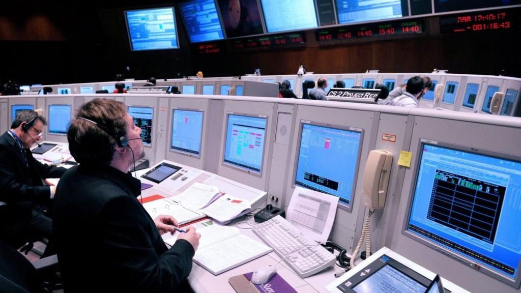 Darmstadt, 2010. április 8. Az Európai Ûrügynökség (ESA) darmstadti mûveleti központjának (ESOC) monitorján figyelemmel követik, amint Európa Cryosat-2 szondáját egy orosz Dnyeper típusú hordozórakétán kilövik a bajkonuri ûrközpontban 2010. április 8-án. A CryoSat, az ESA tudományos kutatást célzó mûholdja ezen a napon sikeresen útnak indult, hogy föltérképezze a Föld jégtakaróját. (MTI/EPA/MARIUS BECKER)