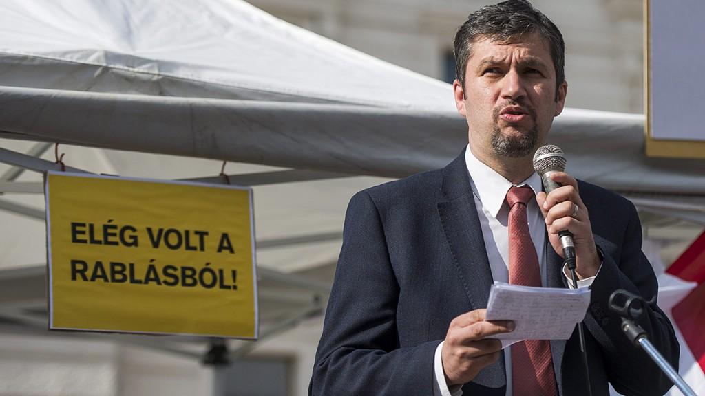 Pécs, 2015. április 19.Hadházy Ákos, a Lehet Más a Politika antikorrupciós szakszóvivője felszólal a civilek és ellenzéki pártok korrupció és a tervezett bodai atomhulladék-tároló ellen meghirdetett tüntetésén a pécsi Kossuth téren 2015. április 19-én.MTI Fotó: Sóki Tamás