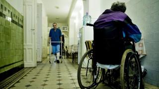 Image: 73254255, Sokan nem tudják, de létezik egészségügyi ellátás a legrosszabb körülmények között élőknek is. Az 1911-ben épült Dózsa György úti, hajléktalanoknak szánt Népszállón járunk. A XIII. kerületi épületben 73 ágy várja a fekvőbeteg-ellátásra szoruló pácienseket. Évente összesen 300 esettel foglalkoznak. A BMSZKI Orvosi Krízis Szolgáltatót a főváros tartja fent, a betegellátást az OEP finanszírozza. Pályázatokból, magánfelajánlásokból tudnak még pénzt és eszközt szerezni., Place: Budapest, Hungary, License: Rights managed, Model Release: No or not aplicable, Property Release: Yes, Credit: smagpictures.com