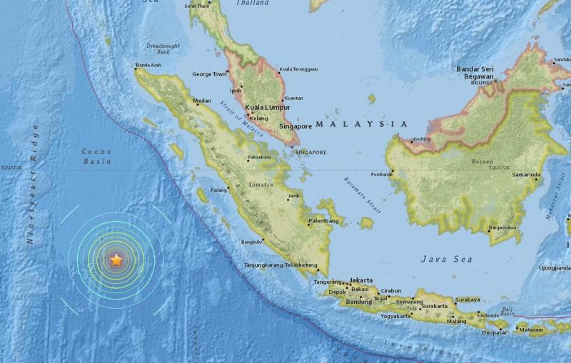 Indonézia, 2016. március 2. Az Amerikai Földtani Megfigyelõ Szolgálat (USGS) által 2016. március 2-án közreadott térkép az Indiai-óceán térségét megrázó, a Richter-skála szerinti 7,9-es erõsségûnek becsült földrengés epicentrumáról. A földmozgás középpontja 10 kilométer mélyen volt, az Indonéziához tartozó Nyugat-Szumátra fõvárosától, Padangtól 808 kilométerre délnyugatra. Az elsõ értesülések szerint halálos áldozatokat követelõ természeti katasztrófa miatt az indonéziai és az ausztrál hatóságok tengeri szökõár veszélyére figyelmeztetõ cunamiriadót rendeltek el. (MTI/EPA/USGS)