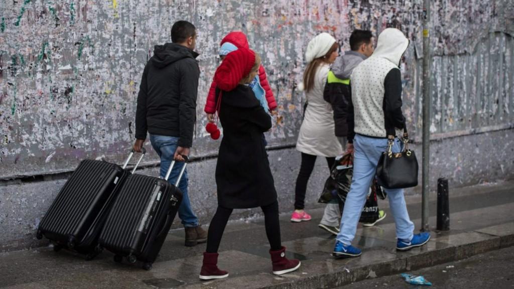 Isztambul, 2016. március 19. Hazainduló turisták, miután öngyilkos merényletet követtek el az isztambuli Isztiklalon sétálóutcában 2016. március 19-én. A támadásban legkevesebb négy ember életét vesztette, húsz megsebesült. (MTI/AP/Depo Photos)