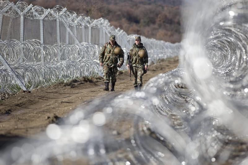 Gevgelija, 2016. március 4. Macedón katonák járõröznek a Görögországot Macedóniától elválasztó határkerítés macedón oldalán, Gevgelijánál 2016. március 4-én. A határ görög oldalán több mint 12 ezer migráns torlódott fel amiatt, hogy Macedónia naponta csak néhány száz szíriai, illetve iraki menekültet enged be területére. (MTI/AP/Visar Kryeziu)