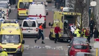Brüsszel, 2016. március 22. Mentõsök egy sebesültet visznek hordágyon a brüsszeli Maelbeek nevû metróállomáson, miután robbantás történt a helyszínen 2016. március 22-én. Legkevesebb huszonegy halálos áldozata van Brüsszelben a Zaventem nemzetközi repülõtéren és a metróállomáson történt reggeli robbantásoknak Pierre Meys, a belga fõváros tûzoltóságának szóvivõje szerint. (MTI/AP/Virginia Mayo)