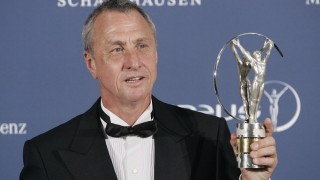 Barcelona, 2016. március 24. 2006. május 22-én, Barcelonában készített kép Johan Cruyff holland labdarúgóról és edzõrõl kezében az életmûdíjával a Laureus Sport Világdíjak átadási ünnepségén. A háromszoros BEK-gyõztes és háromszoros Aranylabdás, valamint válogatottként világbajnoki ezüst- és Európa-bajnoki bronzérmes Cruyff 2016. március 24-én, 68 éves korában elhunyt. (MTI/AP/Manu Fernandez)