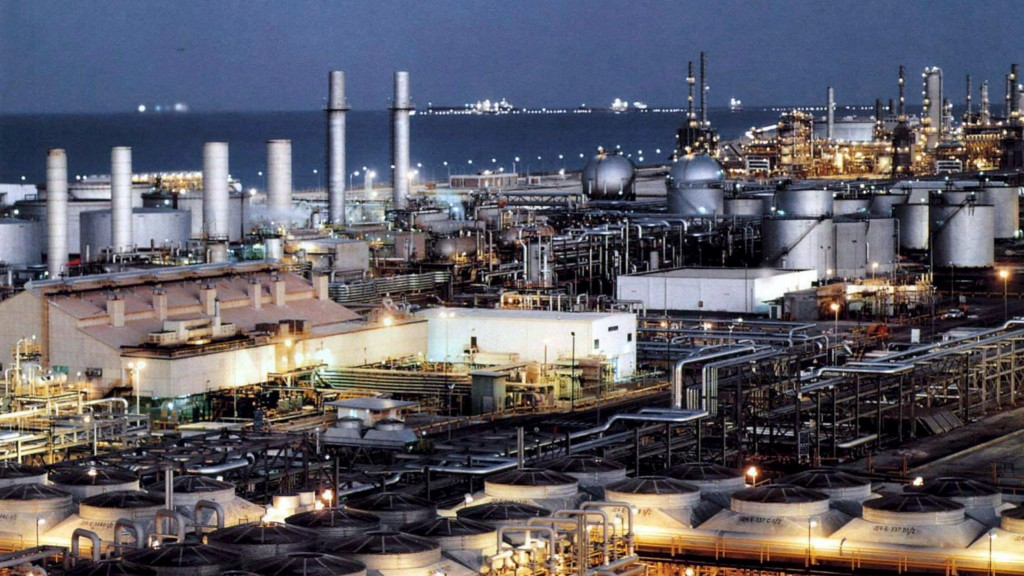 Dzahrán, 2012. április 12. Dátummegjelölés nélküli felvétel a szaud-arábiai Dzahrán városhoz közeli olajfinomítóról. Irán 2012. április 11-én leállította Németországba irányuló olajszállításait és mintegy száz európai uniós vállalat termékeinek importját tiltotta meg. Teherán korábban jelezte: más uniós tagállamok esetében is leállítja olajexportját válaszul arra, hogy az Európai Unió januárban arról döntött: július 1-jéig késleltetett olajembargót vezet be Irán ellen, és szankciókkal sújtja az iráni jegybankot. (MTI/EPA) *** Local Caption *** 00000403078188