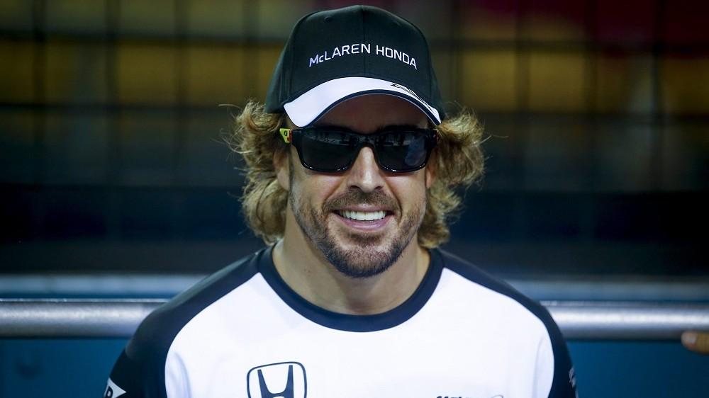 Szingapúr, 2015. szeptember 17. Fernando Alonso, a McLaren-Honda spanyol versenyzõje a Forma-1-es autós gyorsasági világbajnokság Szingapúri Nagydíjának otthont adó Marina-öböl parti szingapúri utcai pályán 2015. szeptember 17-én. A futamot szeptember 20-án rendezik. (MTI/EPA/Diego Azubel)