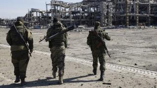 Donyeck, 2015. október 13.  Oroszbarát szakadár lázadók az ukrán kormányerõk és a kelet-ukrajnai szeparatisták harcainak áldozatul esett donyecki repülõtér romjai elõtt 2015. október 13-án. A légi kikötõ 2015. jauárjáig több mint 240 napon át volt fegyveres összecsapások színtere. (MTI/EPA/Olekszandr Jermocsenko)
