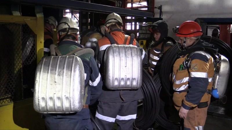 Vorkuta, 2016. február 28. A rendkívüli helyzetek orosz minisztériuma által 2016. február 28-án közreadott kép egy mentõcsapat tagjairól a Vorkutaugol orosz bányászvállalat Szevernaja szénbányájában. Harminchatra emelkedett a Komi Köztársaságban lévõ település bányájában történt szerencsétlenség halálos áldozatainak száma, miután február 28-án egy újabb robbanást követõen a hatóságok halottnak nyilvánították a három napja mélyben rekedt 26 bányászt. (MTI/EPA/Rendkívüli helyzetek orosz minisztériuma)