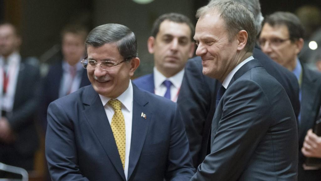 Brüsszel, 2016. március 18. Ahmet Davutoglu török miniszterelnök (b) és Donald Tusk, az Európai Tanács elnöke (j) az Európai Unió brüsszeli csúcsértekezletének második napi ülésén 2016. március 18-án. Az EU vezetõi az EU és Törökország között kötendõ migrációs egyezményrõl tárgyalnak Davutogluval. (MTI/EPA/Olivier Hoslet)