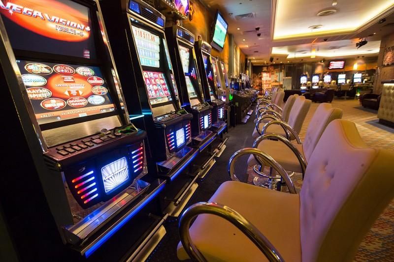 Budapest, 2012. szeptember 6.Régi típusú játékautomaták az óbudai Nevada Casinóban 2012. szeptember 6-án. Néhány hónapon belül elindulhat a pénznyerő automaták szerver alapú üzemeltetése Magyarországon. A központi szerver működése felett a hatóságok teljes, valósidejű ellenőrzési lehetőséggel rendelkeznének, amely az adófizetési kötelezettséghez kapcsolódó pénzforgalmi adatok követését és a rendszer korrekt működésének folyamatos monitorozását jelenti.MTI Fotó: Mohai Balázs