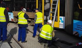 Budapest, 2016. március 21. Egy kisiklott 4-es villamos a Széll Kálmán téren 2016. március 21-én. A balesetben senki nem sérült meg. MTI Fotó: Mihádák Zoltán