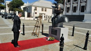 Fokváros, 2016. március 10. Az Országgyûlés Sajtóirodája által közreadott képen a hivatalos látogatáson a Dél-afrikai Köztársaságban tartózkodó Kövér László házelnök koszorút helyez el Nelson Mandela néhai dél-afrikai elnök szobránál Fokvárosban 2016. március 9-én. MTI Fotó: Az Országgyûlés Sajtóirodája