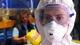 Győr, 2009. április 28.Speciális, az állattelepeken használatos védőöltözet. Felkészült a magyar állatállomány fokozottabb higiéniai védelmére a győri Hat-Agro Kft. Az Egészségügyi Világszervezet (WHO) jelentése szerint a világ egyetlen térsége sincs biztonságban a madár-, a sertés- és az emberi influenza genetikai állományát társító A/H1N1 új vírustól, amely Mexikóban valószínűsíthetően másfélszáznál több ember életét követelte. Az új vírus megjelenése miatt egyelőre csak az általános humán járványügyi intézkedéseket hoztak, de az állategészségügy területén több mint egy évtizedes tapasztalattal rendelkező győri cég felkészült a sertéstelepek fokozott védelme esetén bevezethető intézkedésekre is.MTI Fotó: Győri Károly