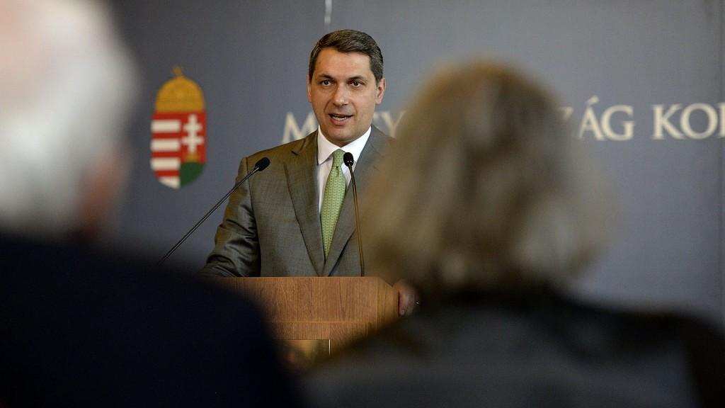 Budapest, 2016. március 31.Lázár János, a Miniszterelnökséget vezető miniszter szokásos heti sajtótájékoztatóját tartja az Országházban 2016. március 31-én.MTI Fotó: Bruzák Noémi
