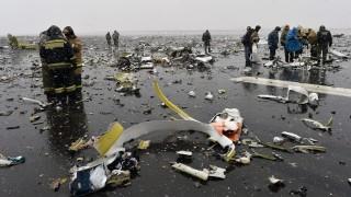 Rosztov-na-Donu, 2016. március 19. Tûzoltókról a dél-oroszországi Rosztov-na-Donu repülõterén történt légikatasztrófa helyszínén 2016. március 19-én, miután leszállás közben a földnek csapódott, darabokra szakadt és kigyulladt a FlyDubai fapados légitársaság Boeing 737-800-as gépe. A balesetben a fedélzeten lévõ mind a 62 ember életét vesztette. (MTI/EPA)