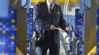 Budapest, 2014. április 18.Kelemen Gábor vezető jegyvizsgáló a MÁV új egyenruhájában egy vonaton, a Nyugati pályaudvaron 2014. április 18-án. Az új egyenruhákat száz önkéntes jegyvizsgáló, pénztáros és forgalmi szolgálattevő teszteli május közepéig.MTI Fotó: Máthé Zoltán