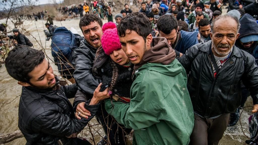 Idomeni, 2016. március 15. Migránsok átkelnek egy folyón a görögországi Idomeni és a macedóniai Gyevgyelija között 2016. március 14-én. MTI Fotó: Balogh Zoltán