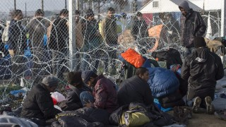 Gevgelija, 2016. március 1. Illegális bevándorlók beszélgetnek a Görögországot Macedóniától elválasztó határkerítés két oldalán a macedóniai Gevgelija közelében 2016. március elsején. A görög hatóságok becslései szerint 6-8 ezer menedékkérõ torlódott fel a görög-macedón határon, miután Macedónia korlátozta a területére naponta beengedett menedékkérõk számát. A Görögországba érkezõ migránsok elsõ állomása Macedónia az Európai Unió gazdagabb országaiba vezetõ úton. (MTI/EPA/Georgi Licovszki)
