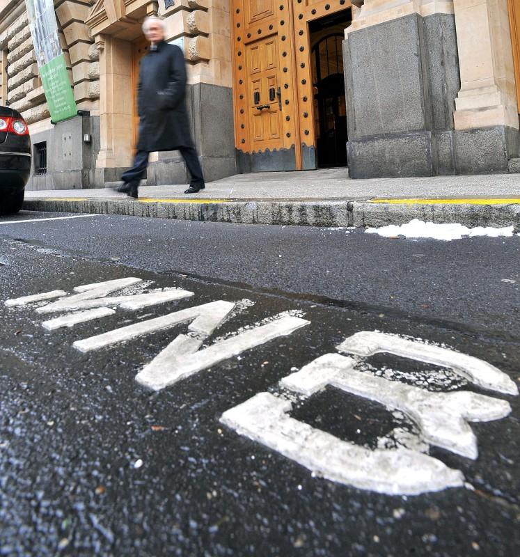 Budapest, 2012. január 17.MNB feliratú felfestés látható a Magyar Nemzeti Bank épülete előtti parkolóban a Szabadság téren. Az Európai Bizottság másik két kérdés mellett a jegybank függetlenségét érintő szabályozással kapcsolatban kötelezettségszegési eljárást indít Magyarország ellen.MTI Fotó: Máthé Zoltán