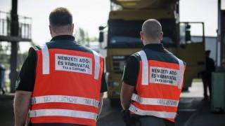 Ártánd, 2014. április 29. A Nemzeti Adó- és Vámhivatal (NAV) pénzügyõrei az ártándi határátkelõhely belépési oldalán 2014. április 29-én. MTI Fotó: Czeglédi Zsolt