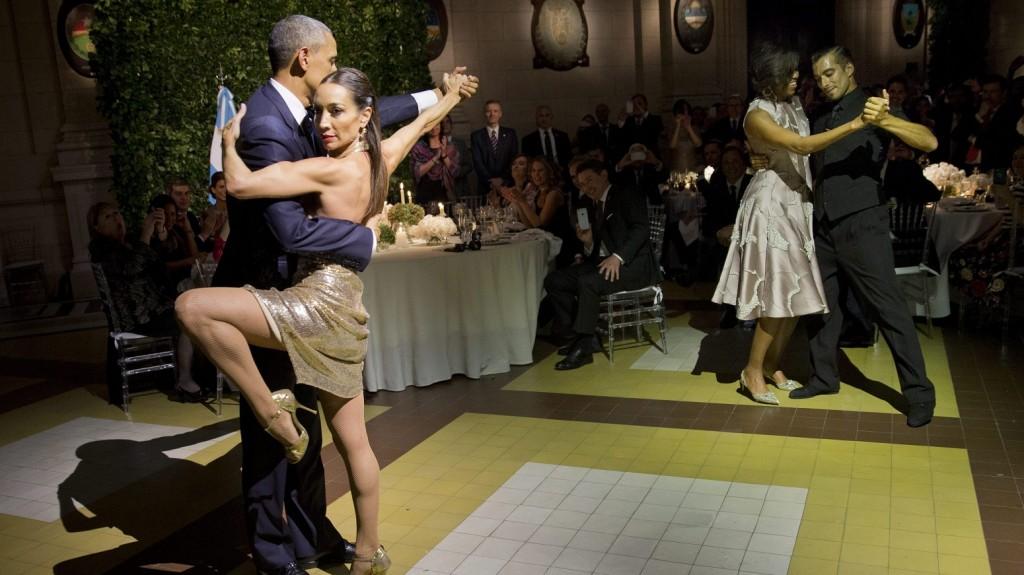 Buenos Aires, 2016. március 24. Barack Obama amerikai elnök (b) és felesége, Michelle Obama (j2) tangózik a tiszteletükre rendezett vacsorán a Buenos Aires-i Kirchner kulturális központban 2016. március 23-án. (MTI/AP/Pablo Martinez Monsivais)