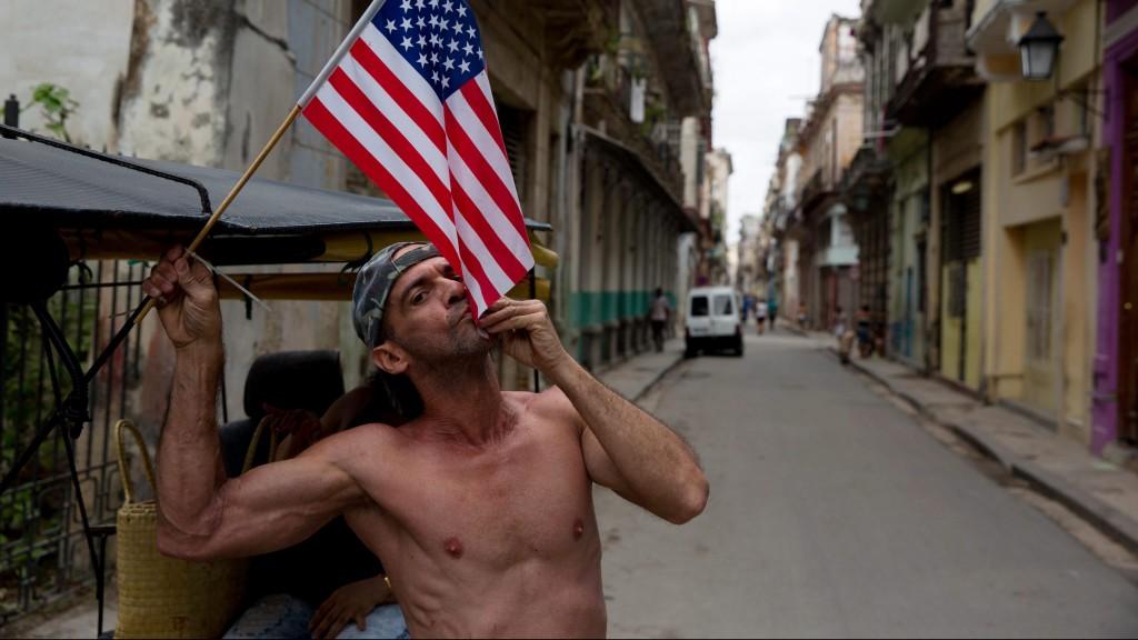 Havanna, 2016. március 20. Egy kubai férfi megcsókol egy amerikai nemzetiszínû zászlót Havannában 2016. március 20-án, Barack Obama amerikai elnök történelmi látogatásának napján. Obama az elsõ hivatalban lévõ amerikai elnök 1928. óta, aki hivatalos látogatásra érkezik a karibi szigetországba. (MTI/EPA/Orlando Barria)