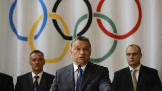 Budapest, 2013. július 9.Orbán Viktor miniszterelnök beszédet mond a Parlamentben, ahol a megállapodást írt alá a tizenhat kiemelt sportági szövetség vezetőjével 2013. július 9-én. A háttérben Borkai Zsolt, a Magyar Olimpiai Bizottság elnöke (b) és Nátrán Roland, a Magyar Export-Import Bank (Eximbank) Zrt. és a Magyar Exporthitel Biztosító (Mehib) Zrt. vezérigazgatója.MTI Fotó: Kovács Tamás