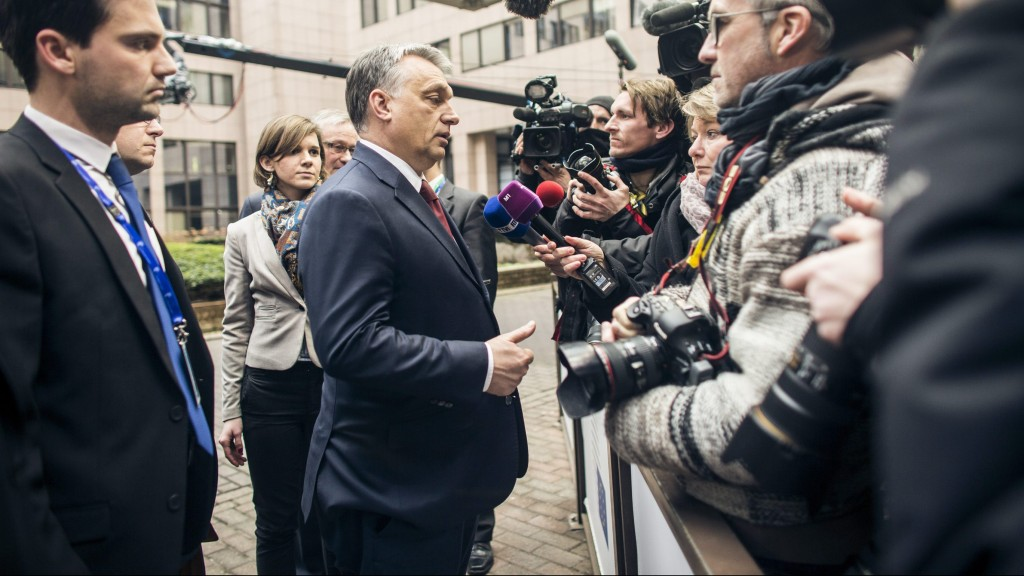 Brüsszel, 2016. március 7. A Miniszterelnöki Sajtóiroda által közreadott képen Orbán Viktor miniszterelnök (k) magyar újságíróknak nyilatkozik az Európai Unió és Törökország vezetõinek rendkívüli migrációs csúcstalálkozója elõtt Brüsszelben 2016. március 7-én. Balról Havasi Bertalan, a Miniszterelnöki Sajtóiroda vezetõje. MTI Fotó: Miniszterelnöki Sajtóiroda/Szecsõdi Balázs