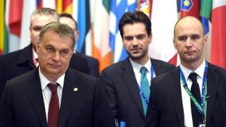 Brüsszel, 2016. február 19.Orbán Viktor miniszterelnök (b) Havasi Bertalannak, a Miniszterelnöki Sajtóiroda vezetőjének (j2) társaságában távozik az Európai Unió kétnapos brüsszeli csúcstalálkozójának első napi üléséről 2016. február 19-én hajnalban. A tagállamok vezetői a migrációs válságról és Nagy-Britannia uniós reformigényeiről tárgyalnak. (MTI/AP/Geert Vanden Wijngaert)