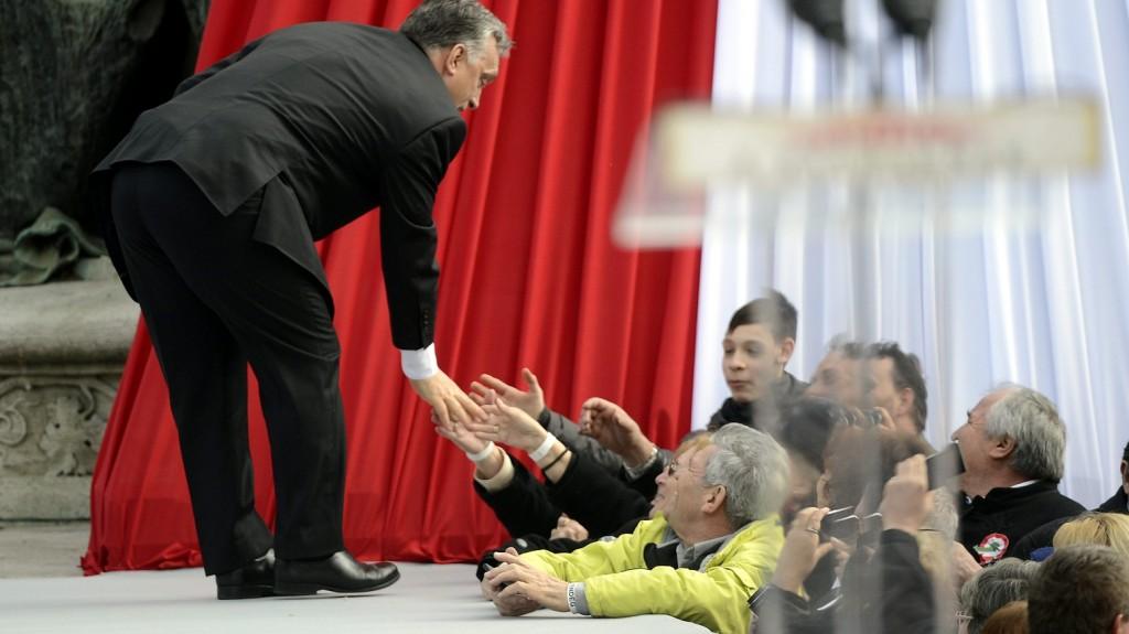 Budapest, 2015. március 15. Orbán Viktor miniszterelnököt köszöntik beszéde elmondása után az 1848-49-es forradalom és szabadságharc kitörésének 167. évfordulóján rendezett állami ünnepségen Budapesten, a Múzeumkertben 2015. március 15-én. MTI Fotó: Kovács Tamás