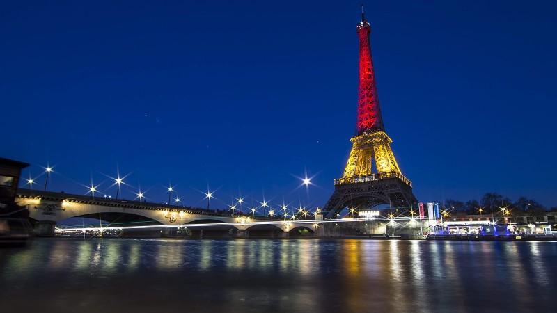 Párizs, 2016. március 22.A belga nemezti színeket vetítik a párizs Eiffel-toronyra 2016. március 22-én, miután feltehetően az Iszlám Államhoz tartozó terroristák robbantásos merényleteket követtek el Brüsszelben, amelyekben 34 ember meghalt, több mint kétszáz megsebesült. (MTI/EPA/Ian Langsdon)