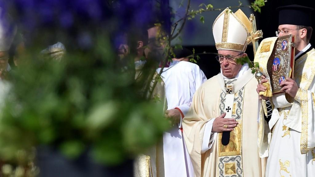 Vatikánváros, 2016. március 27. Ferenc pápa a húsvétvasárnapi misére érkezik a vatikáni Szent Péter térre 2016. március 27-én. (MTI/EPA/Ettore Ferrari)