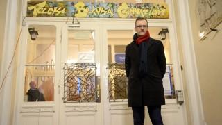 Budapest, 2016. február 19.Pukli István, a XIV. kerületi Teleki Blanka Gimnázium igazgatója az intézmény előtt tartott demonstráció idején, 2016. február 19-én. A szolidaritási akciónak nevezett tüntetés résztvevői azért tiltakoztak, mert a Klebelsberg Intézményfenntartó Központ tankerületi vezetője számos dokumentumot kért be Pukli Istvántól, miután az általa vezetett gimnázium tanárai csatlakoztak a februári pedagógustüntetéshez.MTI Fotó: Bruzák Noémi