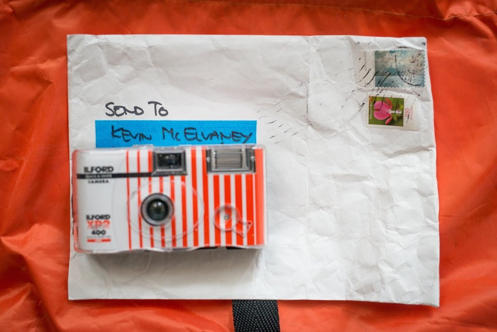 The Single-USe Camera has been returned in a waterproof and tear-resistent envelope, which already has the stamps and the adress on it.