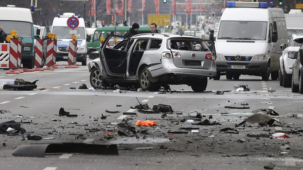 Berlin, 2016. március 15.Felrobbantott személygépkocsi 2016. március 15-én Berlinben. Az autó a német főváros Charlottenburg nevű városrészében egy forgalmas úton haladt, amikor működésbe lépett a robbanószerkezet. A sofőr életét veszítette, sérültje nincs a robbantásnak. Egyelőre nem tudni, hogy a robbanószerkezet a gépkocsi belsejében volt-e vagy kívülről erősítették rá. Egy sajtóértesülés szerint a robbantásos merénylet nem terrortámadás volt, hanem valószínűleg szervezett bűnözői csoportok közötti leszámolás állhat a háttérben. (MTI/AP/Michael Sohn)